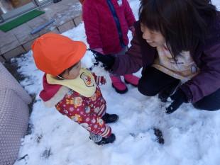 生まれて初めての雪の感触。つめたっ!