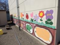 明るい色の花々。壁がいっそう華やかに!