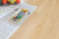 テーブルが汚れないように新聞紙を敷きます