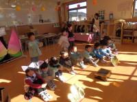 きりん組は、お誕生会の出し物で、役柄を変えて桃太郎の劇を発表しました。人気があった役は主役桃太郎となんと鬼!鬼は全て女子。