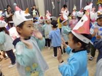お兄さんが一緒に踊ってくれる。うれしいな。