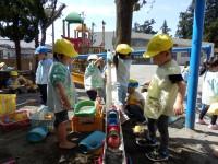 3歳児ひよこ組、たまご・おひさま進級組が中心となって砂遊びが展開しています。