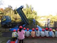 重機にあこがれる子どもは多いです。すごいパワーだよね。ざーっ。