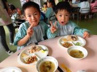 ぼくたち、今年五歳です。今日はお祝いで給食にお赤飯が出たんだよ。