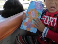 きりん組は染紙と千代紙で花を作りました。こちら側からはお見せできませんが、裏には七五三と書いてあります。漢字、書けました。