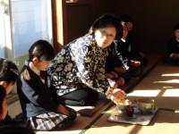 もてなされるお客が子どもたちだとすると、主人は講師の真智子先生。日のさす加減が美しい。良い雰囲気だったことを物語っています。