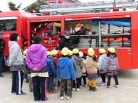 めったに見られない消防車の中身に興味深々。