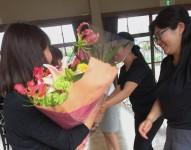 新旧役員交代、花束贈呈