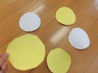 子どもたちが型抜きをして切り抜き、黄と白を表裏にのりで張り付けました。