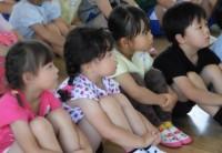 4月に入園した3歳児たち。7月には真剣なまなざしで話が聞けます。