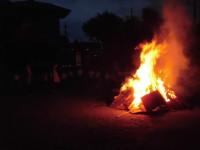 熱い。おしり三つ下がりましょう。こんな大きい火を間近でみる機会はめったにありません。