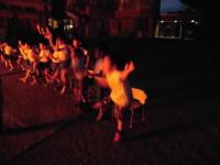 火の前で歌って踊って!
