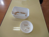 大皿から小皿に一粒大豆を移したら、次の人にタッチ
