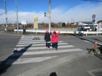 子どもだけで横断歩道を渡る
